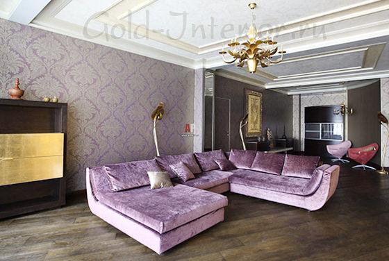 Большой сиреневый диван в просторном интерьере