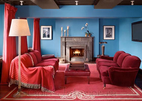 Бордовые диваны и синие стены