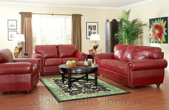 Бордовый диван и кресла в сочетании с аксессуарами зелёного цвета