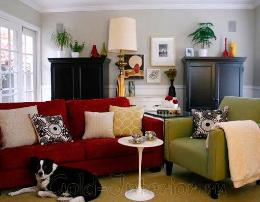 Бордовый и лаймовый цвет в гостиной
