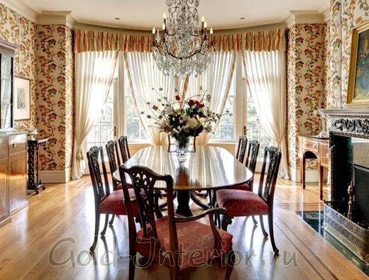 Бекут искусственных роз в классическом интерьере гостиной