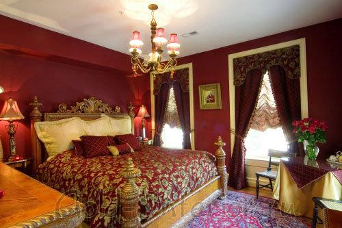 Бургунди и золотой цвет в спальной комнате стиля барокко