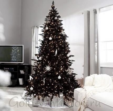 Чёрная новогодняя ёлка в белом интерьере