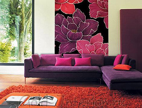 Черничный диван с подушками цвета фуксии
