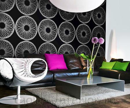 Чёрные обои с белым орнаментом + яркие подушки