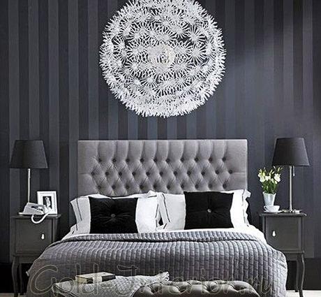 Чёрные обои с вертикальными полосками в спальне
