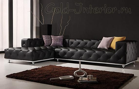 Чёрный кожаный диван и коричневый ковёр
