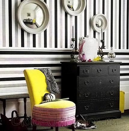 Чёрно-серо-белые полосы в интерьере коридора на фотографии