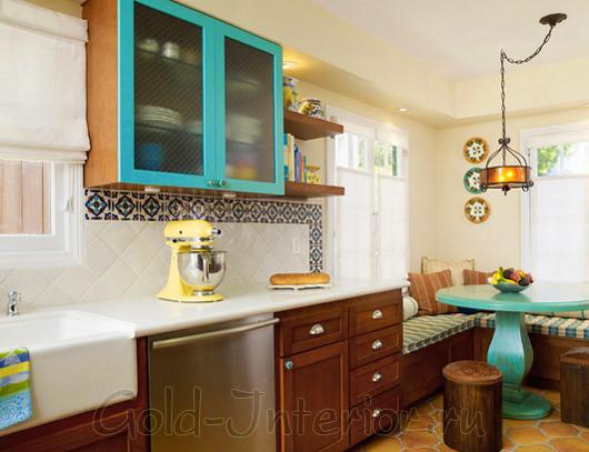 Цвет морской волны и персика в дизайне кухни