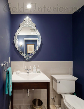 Цвет сапфира на стенах и серебристая рама в интерьере ванной
