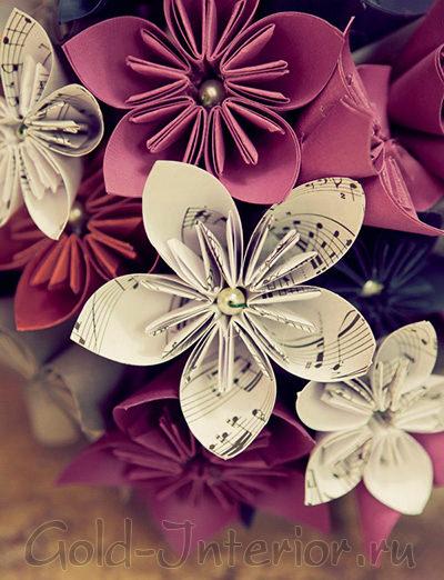 Цветы из нот и бумаги разных красных оттенков