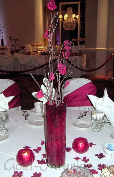 Цветы на ветках и ваза - одной цветовой гаммы