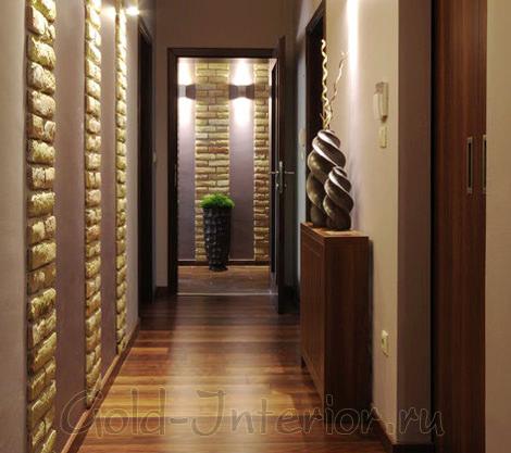 Декоративные вазы в длинном узком коридоре
