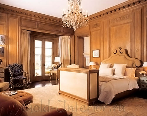 Натуральное дерево в интерьере викторианского стиля спальни