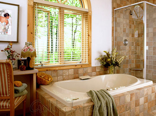Деревянная оконная рама, стол и стул в интерьере ванной