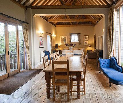 Деревянный обеденный стол в интерьере дома