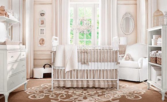 Детская комната для новорождённой девочки в бело-бежевой палитре