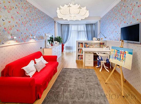 Диван алого цвета в просторной гостиной