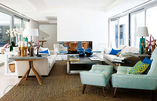 Диван бежевого цвета в сочетании с морскими оттенками в интерьере гостиной