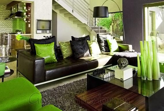 Диван цвета венге + предметы интерьера ярко-зелёного оттенка