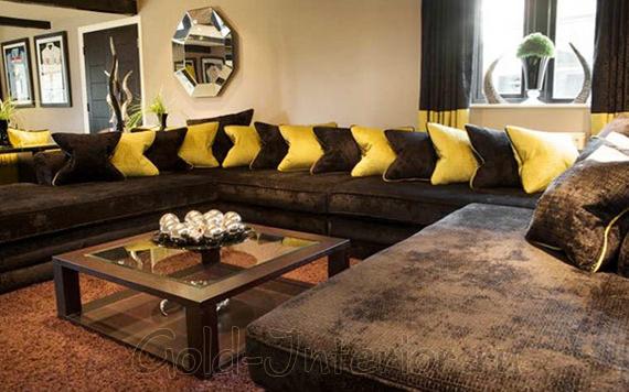 Диван цвета венге с жёлтыми подушками