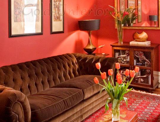 Диван цвета венге и стены томатного оттенка в интерьере гостиной