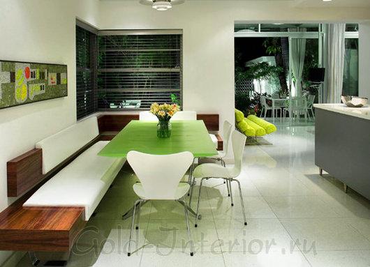 Диван и стол напротив кухонного гарнитура
