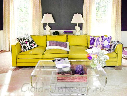 Диван жёлтого цвета + фиолетовые аксессуары