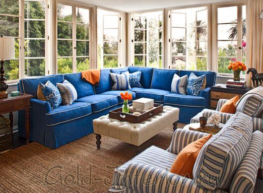Диван лазурного цвета и пыльно-синие полоски на креслах