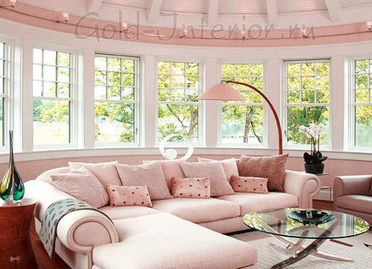 Диван нежно-розового оттенка