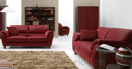 Диваны бордового цвета и предметы интерьера коричневых оттенков