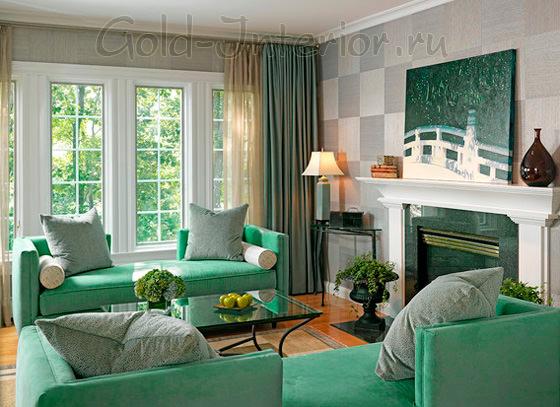 Диван в гостиной оттенка морской зелени