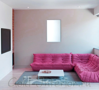 Дизайн интерьера с розовым диваном