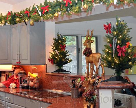 Дизайн кухни с новогодними аксессуарами
