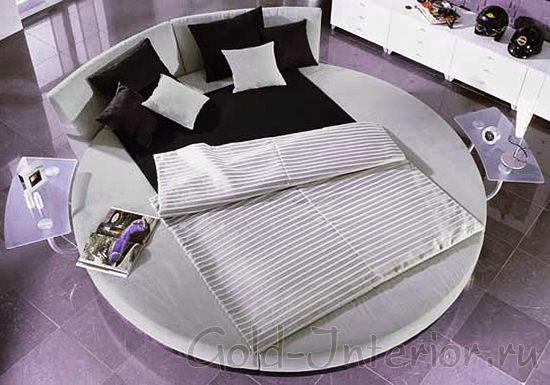 Два стеклянных столика по бокам круглой кровати