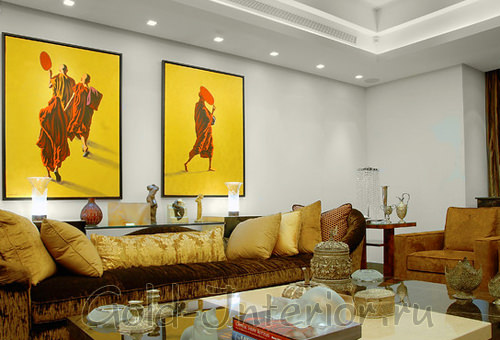 Две большие картины жёлтого цвета в гостиной