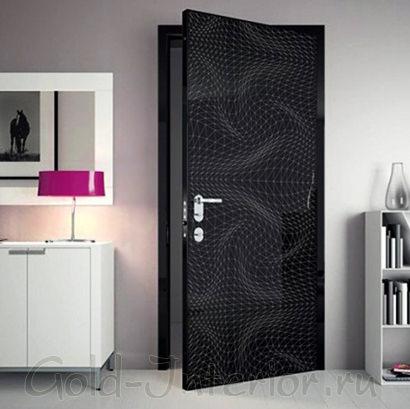Дверь чёрного цвета с абстрактным рисунком
