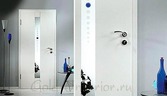 Двери белого цвета + синие аксессуары