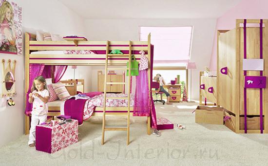 Двухъярусная кровать в комнате для 2 девочек