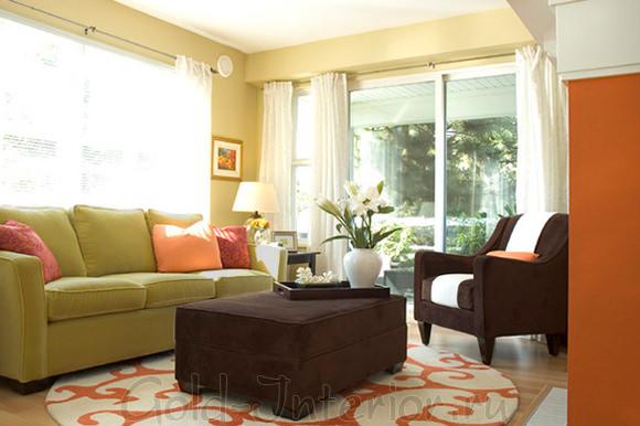 Элементы оранжевого цвета + оливковый диван