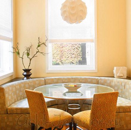 Эркерный диван полукруглой формы в ярком интерьере