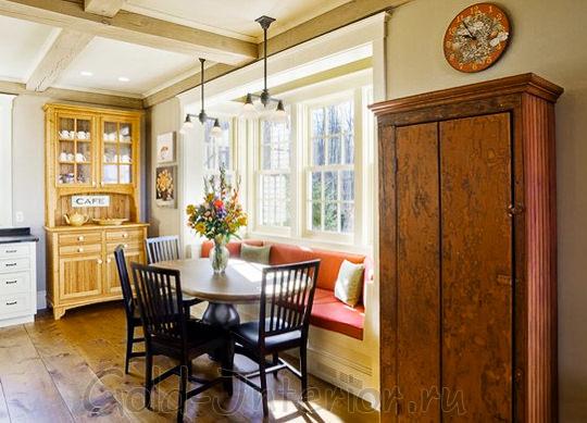Эркерный кухонный диванчик оранжевого цвета