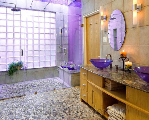 Фиолетовая сирень и охра в интерьере ванной комнаты