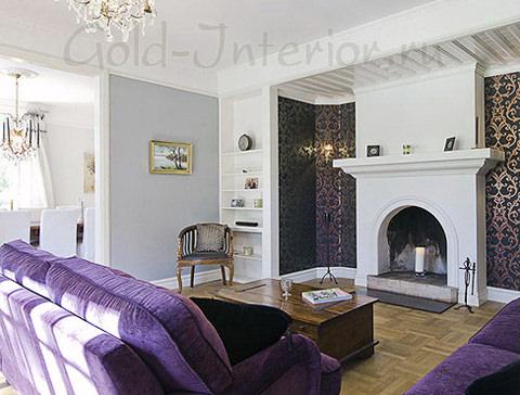 Фиолетовые обои с золотистым орнаментом и диван