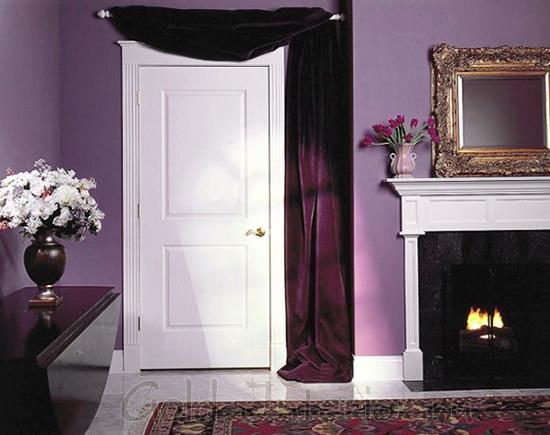 Фиолетовые стены и белая дверь
