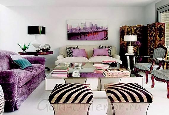 Фиолетовый диван, белые стены и мебель с резными узорами