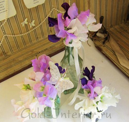 Фиолетово-белые букеты в вазах и бабочки