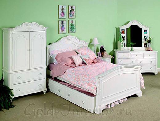 Фисташковые стены, бежевый пол, белая мебель, светло-розовый текстиль