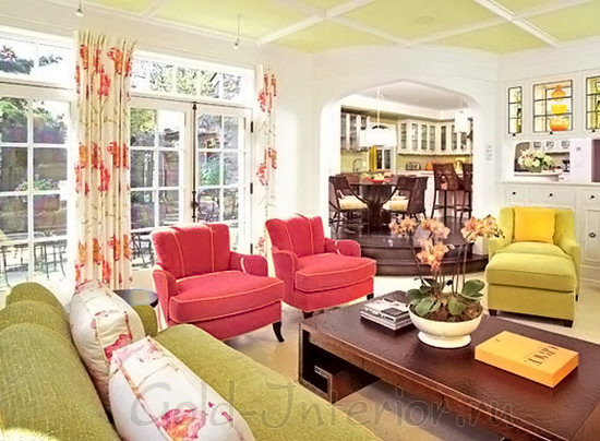 Розовые кресла + диван фисташкового цвета