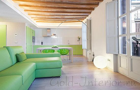Фисташковый диван + коричневый пол и потолок